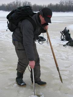 Юрий Орлов ищет рыбу по лункам с помощью эхолота Lowrance X52
